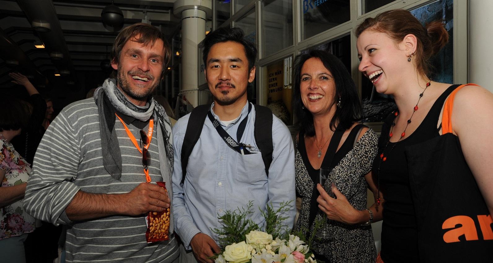 Von links nach rechts: Robert Krause (Meinwerk-Film), Preisträger Lobsang Tashi Sotrug sowie mimikri media-Team Birgit Leib und Sabine Meister © DOK.fest – Maren Bornemann